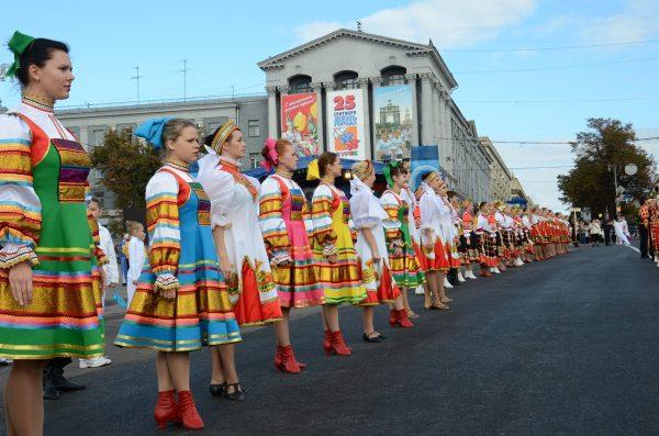 Девушки в народных костюмах на площади