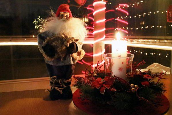 Фигурка домового и горящая свеча