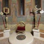 Архиерейское кресло в алтаре Троицкого собора