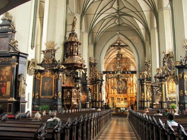 Алтарь и интерьер церкви