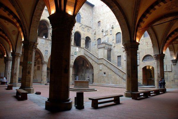 Внутренний двор дворца Барджелло