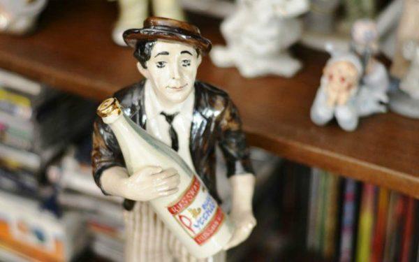 Статуэтка Никулина, держащего большую бутылку водки
