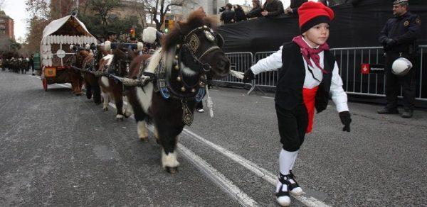 Мальчик, ведущий пони