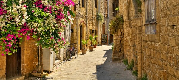Улица в городе на Кипре