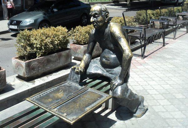 Скульптура «Игрок в нарды» в Ереване