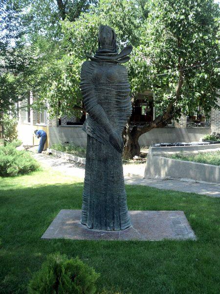 Памятник карабахской женщине в Ереване