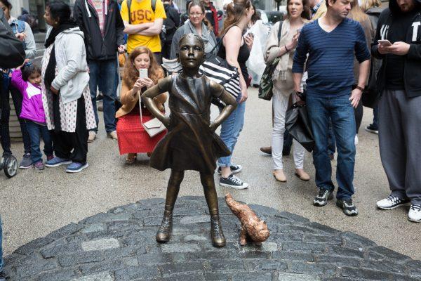 Скульптура Бесстрашной девочки