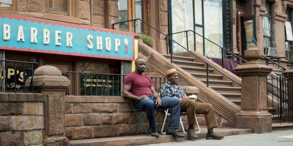 Афроамериканцы у вывески парикмахерской