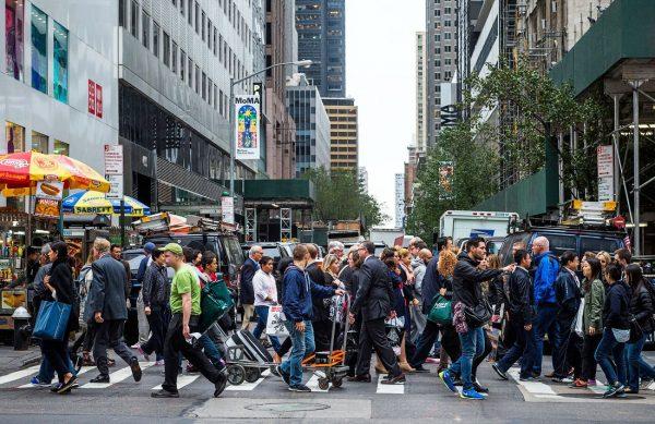 Толпа на пешеходном переходе
