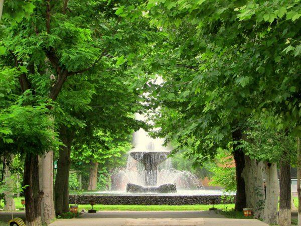 Аллея в английском парке Еревана