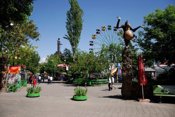 Аттракционы в парке Победы в Ереване