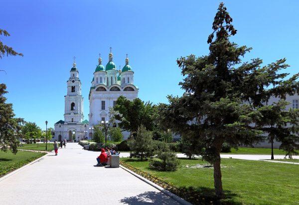 Аллея к Успенскому собору в Астрахани