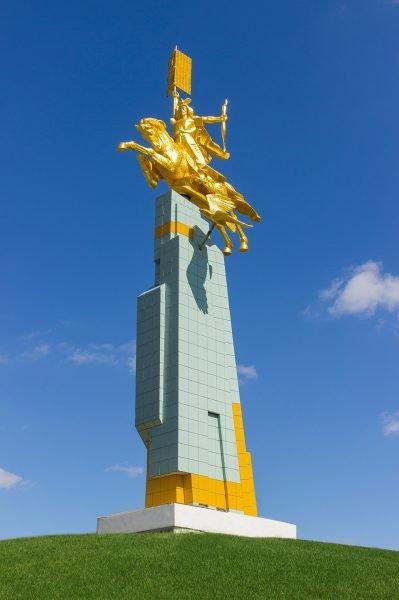 Памятник «Золотой всадник» в Элисте