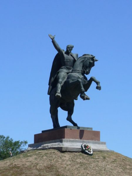 Памятник Оке Городовикову в Элисте