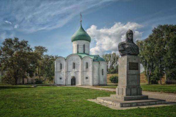 Спасо-Преображенский собор и памятник Невскому