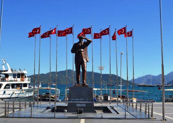 Памятник Кемалю Ататюрку в Мармарисе