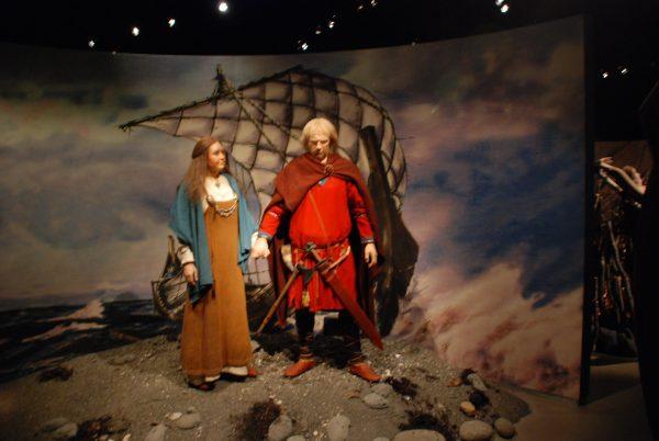 Восковые фигуры героев Средневековья: мужчина и женщина