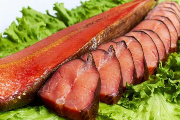 Куски рыбы на листьях салата