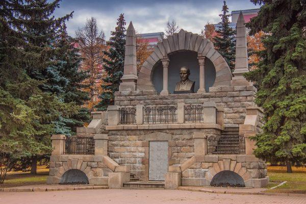 Памятник-мавзолей В. И. Ленину в Челябинске