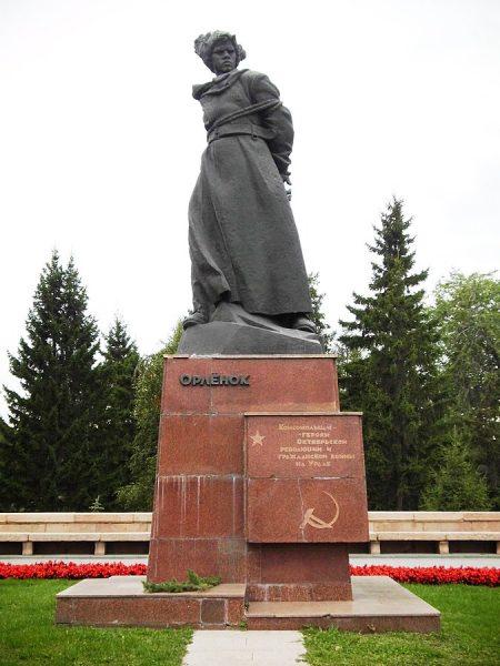 Памятник «Орлёнок» в парке Алое поле Челябинска