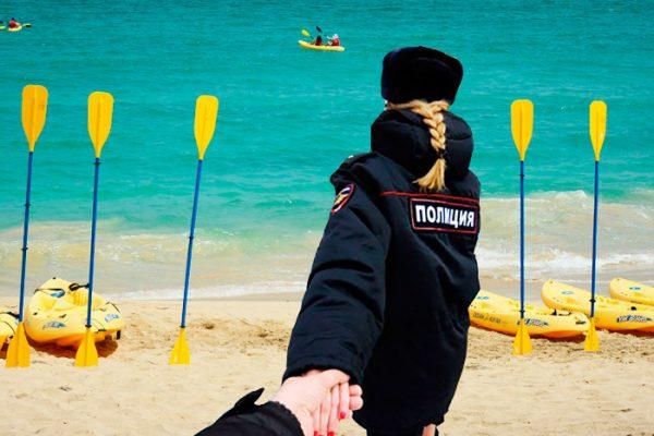 Сотрудник полиции стремится к морю