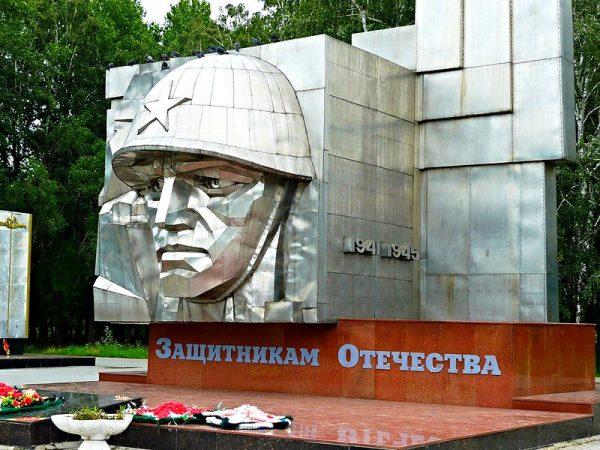 Памятник в саду Победы в Челябинске