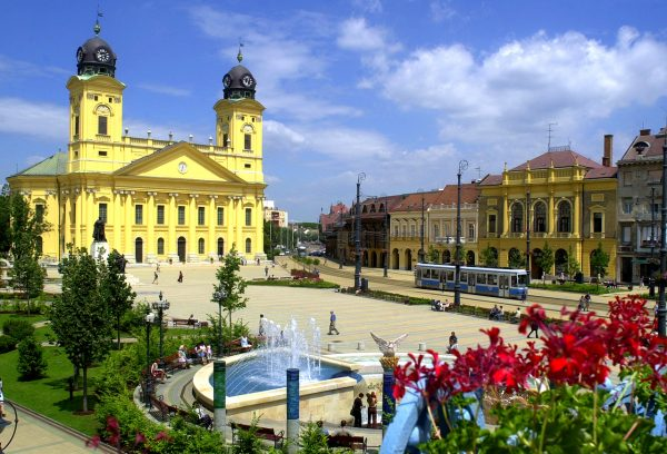 Площадь Кошута с фонтаном, окружённая зданиями