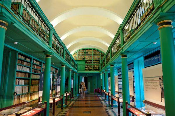 Стеллажи с книгами в библиотеке Дебреценского университета