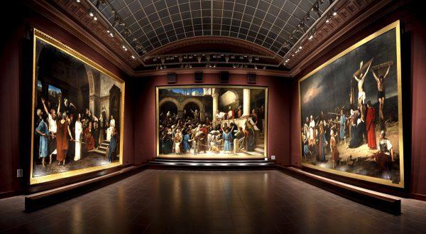 Огромные полотна на стенах музея Дери