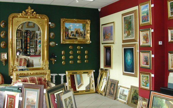 Картины на стенах и на полу в музее Ласло Холло