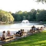 Люди отдыхают на лавочках в парке Надьёрдё