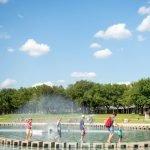 Дети шагают по столбикам фонтана
