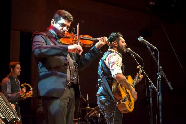 Музыкальные артисты выступают на сцене