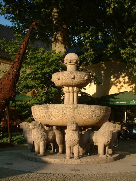 Фонтан львов во дворе Императорского замка в Познани