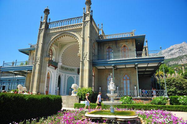 Вход в Воронцовский дворец в городе Алупка