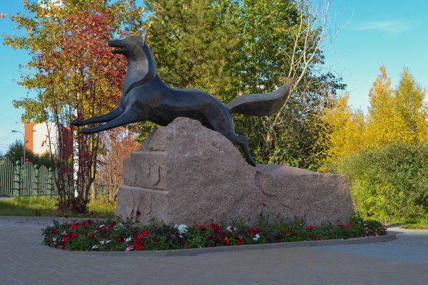 Скульптура «Чёрный лис» в Сургуте