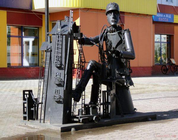 Скульптура «Железный человек» в Сургуте