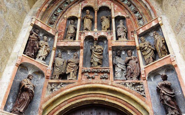 Статуи и входа в церковь