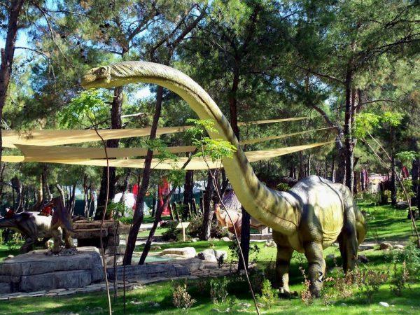 Динозавр в динопарке Гейнюк